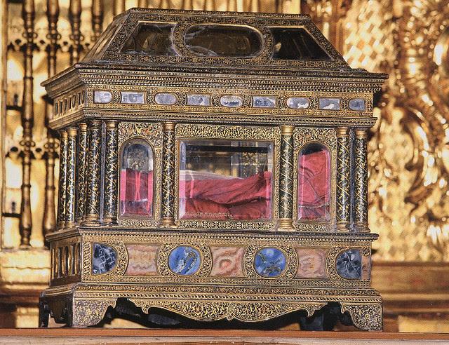 Urna con las reliquias del Santo conservada en su capilla de la catedral de Burgos, España.