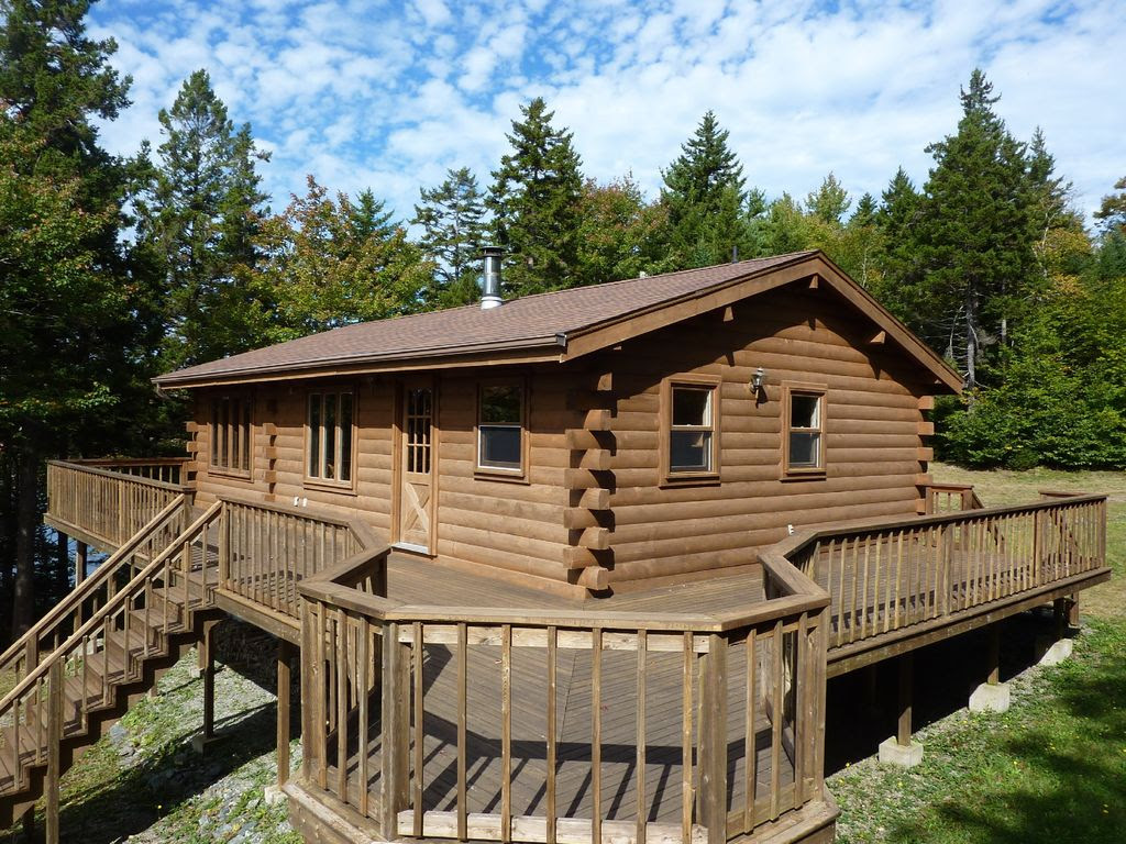 Cedar log cabin with private lakeshore on the crystal