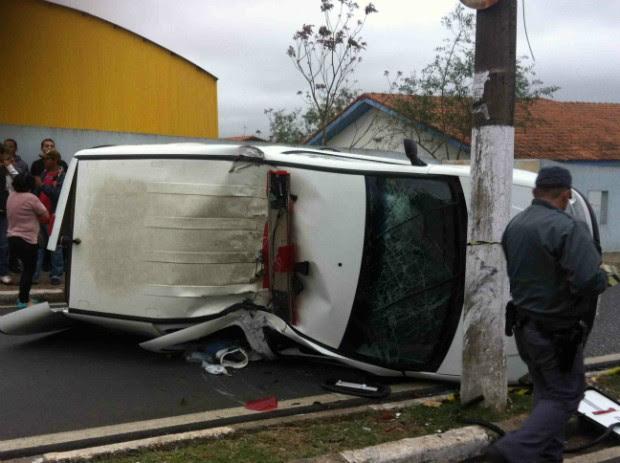 Após bater no poste, ambulância tombou. (Foto: Raquel Santos / TEM Você)