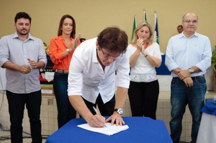 thumbnail_Governador assina contratos de inclusão produtiva e acesso à água para municípios no Oeste (6)