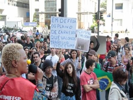 Governo e professores devem se reunir hoje para decidir rumo da greve