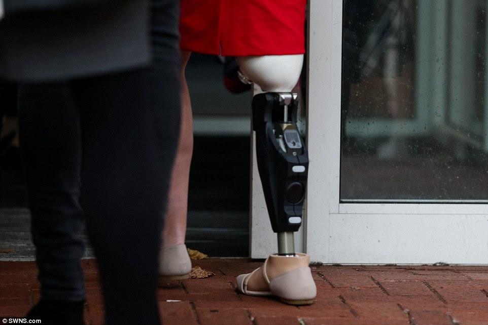 TERRÍVEL: Vickie Balch (foto) estava entre 16 pessoas feridas em Junho do ano passado - Merlin, que corre Alton Towers, estão a ser condenado por violações de saúde e segurança