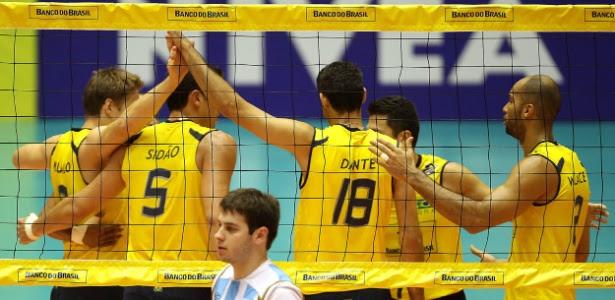 Jogadores do Brasil comemoram ponto contra a Argentina pelo Sul-Americano