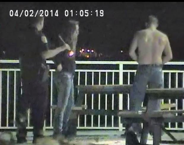 Casal foi flagrado durante ato sexual em banco de piquenique à beira de estrada na Flórida (EUA) (Foto: Divulgação/Fort Piecer Police Department)