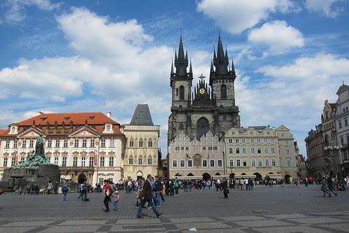 Praha, taustalla tummana Tyn kirkko by Anna Amnell