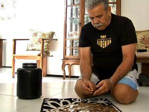 Sete anos após juntar dinheiro que gastava com cigarro, Nilo comprou carro, notebooks e bicicletas, além de ter emagrecido 22 quilos.  (Foto: TV Verdes Mares/ Reprodução)