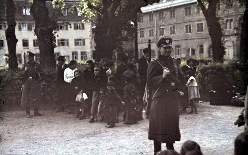File:Bundesarchiv R 165 Bild-244-52, Asperg, Deportation von Sinti und Roma.jpg