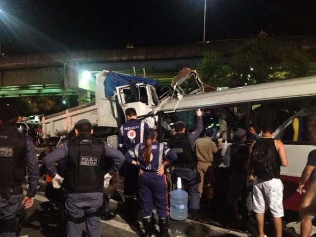 Caminhão invadiu a contramão e atingiu micro-ônibus de frente  (Foto: Jamile Alves/G1 AM)
