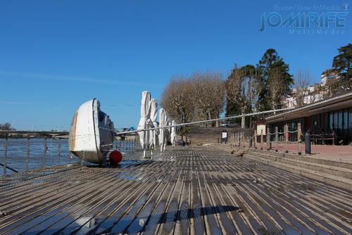 Inundações em Coimbra levaram barco para terra junto dos bares no Parque Verde do Mondego