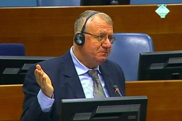 Воислав Шешель на заседании трибунала в Гааге