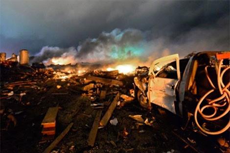 Un camión de bomberos calcinado junto a la explosión. | Efe