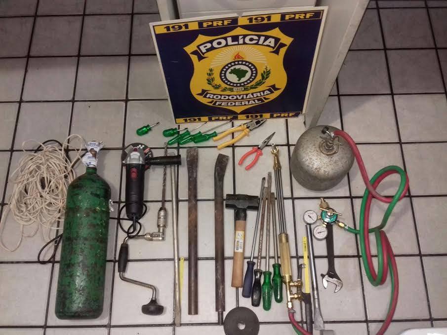 Com a dupla, os agentes encontraram diversos equipamentos que são comumente utilizados para furtos a bancos e caixas eletrônicos (Foto: Divulgação/PRF)