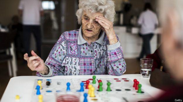Anciana jugando