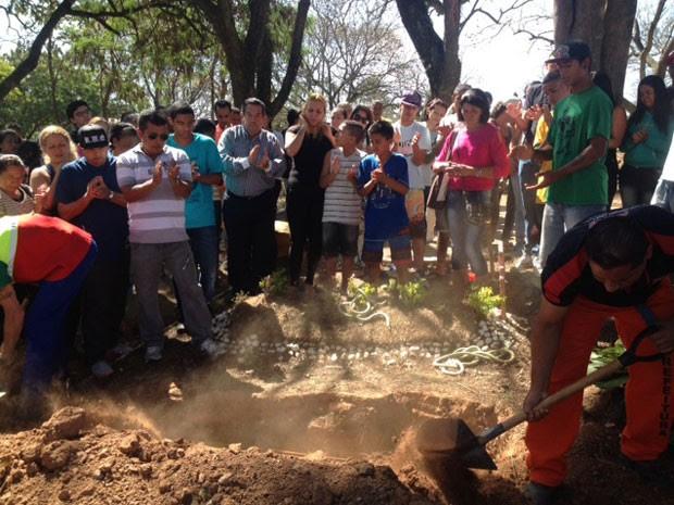 Familiares batem palma no enterro de Eduardo Bernardino Cesar (Foto: Paula Paiva Paulo/G1)