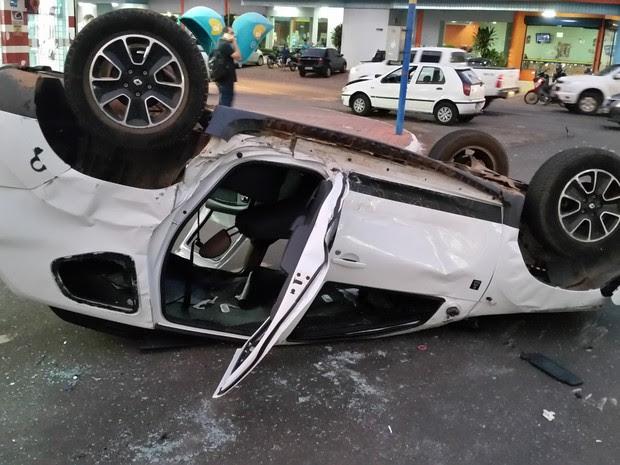 Carro em que estavam duas mulheres e uma criança ficou parcialmente destruído (Foto: Toni Francis/G1)