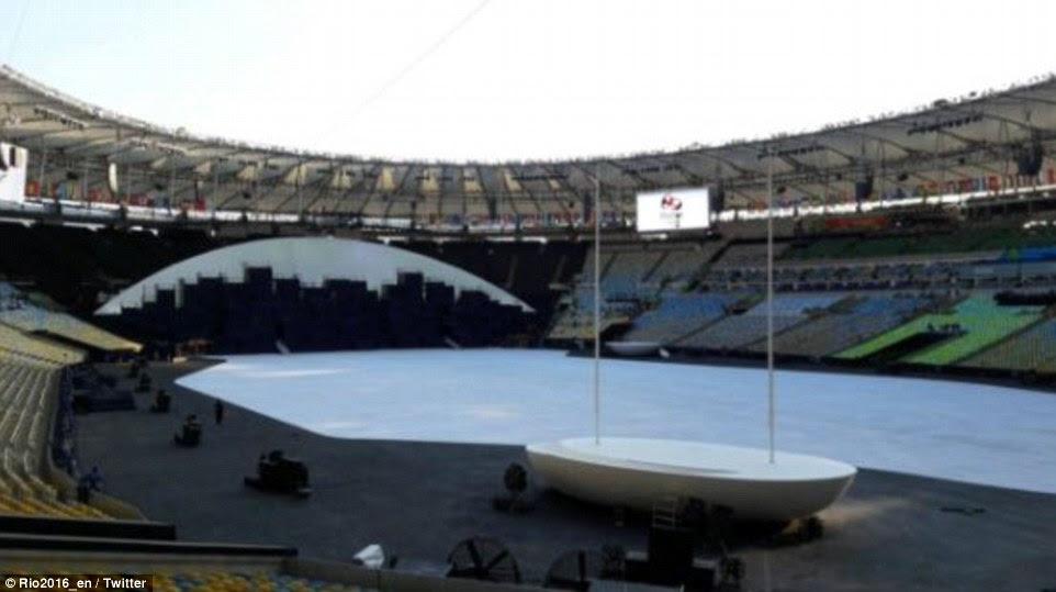 """A conta oficial Rio Twitter postou esta foto com a legenda: """"Olhe bem de perto.  Esta será a última vez que você ver este estádio vazio hoje.  # Maracanã #OpeningCeremony '"""