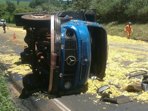 Após colisão, carga de caminhão carregado com bagaços de laranjas se espalhou pela rodovia BR-376 (Foto: Edgar Leite/ Arquivo Pessoal)