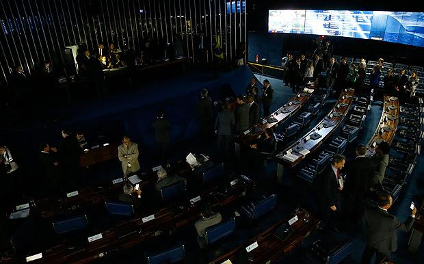 em protesto contra a votação da reforma trabalhista senadoras do PT sentaram na cadeira da presidência do senado e não deixaram o presidente Eunicio Oliveira iniciar a sessão. Houve um impasse e as luzes do plenário foram apagadas.
