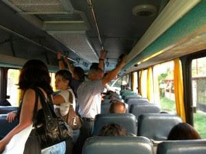 Las personas que usan el bus hacia Tobosi, Corralillo y pagan casi el doble que el año pasado. (Imagen cortesía de Verónica Hernández.)