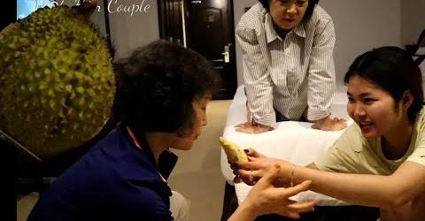 Khui Sầu Riêng cho Mẹ và Dì chồng Hàn Quốc ăn thử và Cái Kết