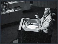 Arafat parla nel palazzo di vetro dell'ONU nel 1974