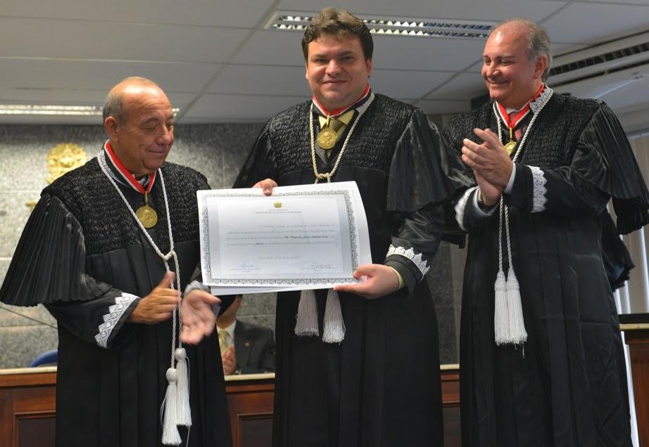 TRE-MA - desembargador eleitoral Daniel Leite ladeado por Guerreiro Jr e Froz Sobrinho