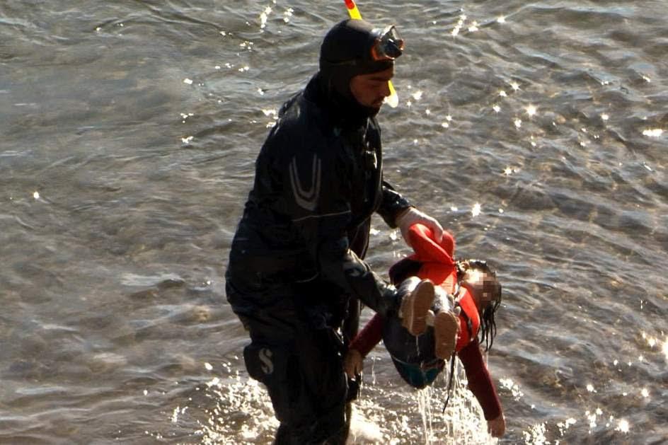 Siete refugiados naufragan en la costa griega