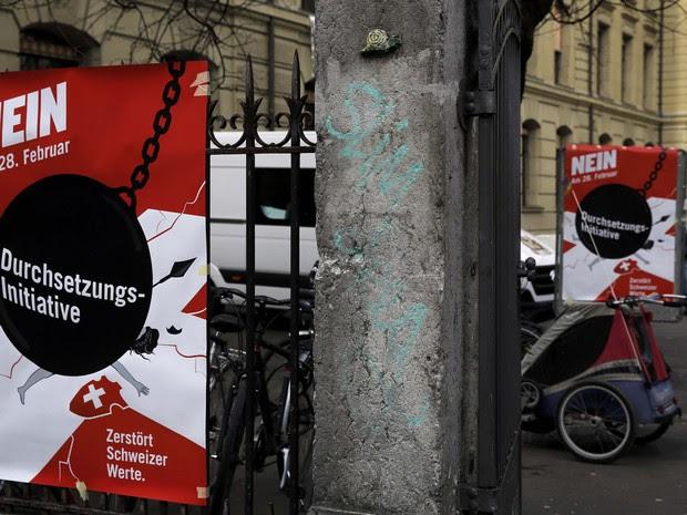 Cartazes contra a expulsão de expulsar delinquentes estrangeiros foram fixados em Bern, na Suíça (Foto: Ruben Sprich / Reuters)