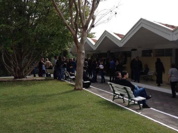 Corpo chegou ao Cemitério Parque Iguaçu, em Curitiba, por volta das 9h30 (Foto: Feliphe Abreu/RPC)