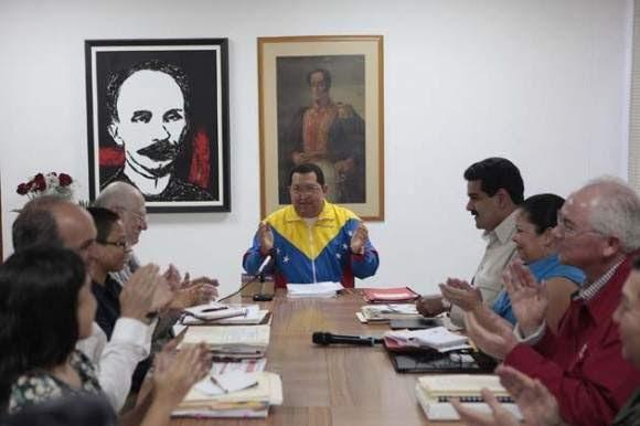 Hugo  Chávez, se reunido con miembros de su gabinete en La Habana, durante la  etapa de recuperación.
