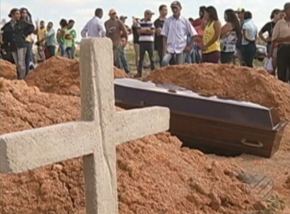 Famílias sepultam as vítimas do massacre (Foto: Reprodução/TV Liberal)