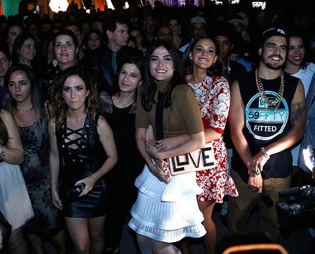 Elenco vai para a pista da festa (Foto: Raphael Dias / Gshow)