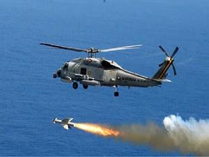 Durante os testes, mísseis são disparados e afudam uma ex-corveta (Foto: Divulgação/ Marinha do Brasil)