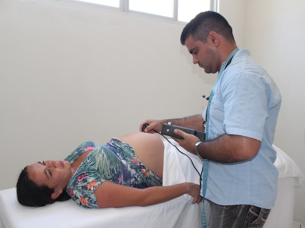 Osmayki Martin examina gestante em comunidade Olho D'Água em Cocal (Foto: Gilcilene Araújo/G1)