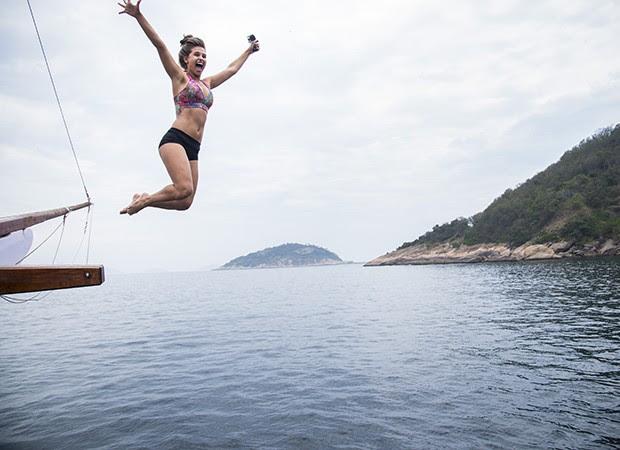 Lidiane se joga no mar para experimentar o esporte (Foto: Raphael Dias/ TV Globo)