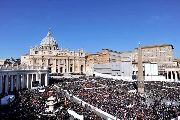 Fiéis reúnem-se na Praça de São Pedro para ouvir e ver o Papa Bento XVI em sua última audiência pública nesta quarta-feira (27) (Foto: AFP)