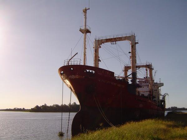 Embarcações paraguaias estão atracadas desde 1997 em Porto Alegre (Foto: Cristiane Franco/Divulgação)