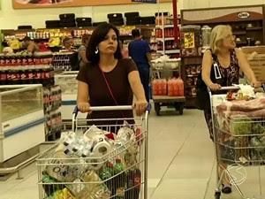 Consumidores fazem compras em supermercado de Barra Mansa (Foto: Reprodução/TV Rio Sul)
