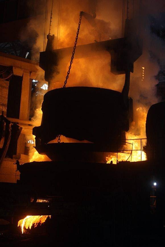 El horno de la Antillana de Acero arde a miles de grados para fundir la chatarra. Foto: José Raúl Concepción/ Cubadebate.