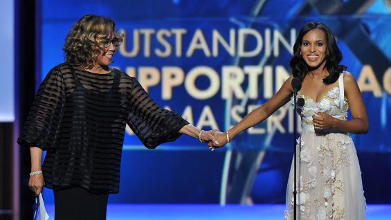 diahann_carroll_kerry_washington_emmys_h_2013