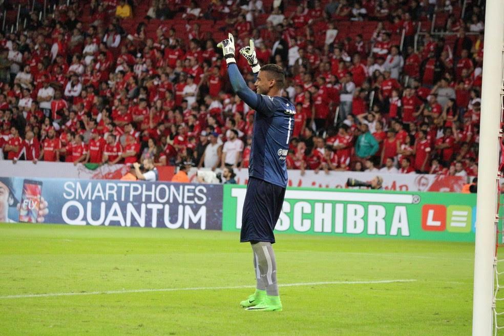 Herói da noite, Edson comemora empate do ABC no Beira-Rio (Foto: Andrei Torres/ABC)