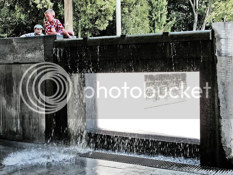 Dos niños sobre una fuente de Split con agua