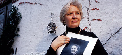 Joyce Horman holding a photo of her freelance journalist husband Charles Horman. (photo: Kimberly Butler/Time Life Pictures/Getty Images)