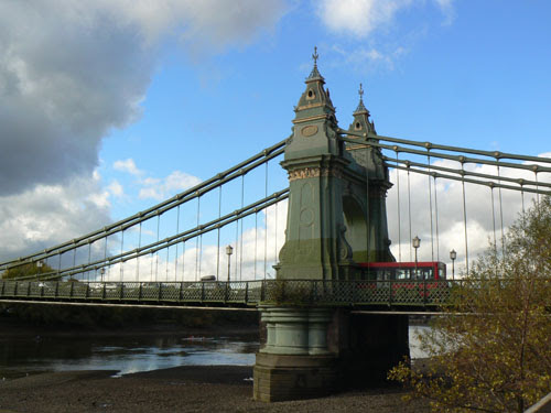 bus sur hammersmith bridge.jpg