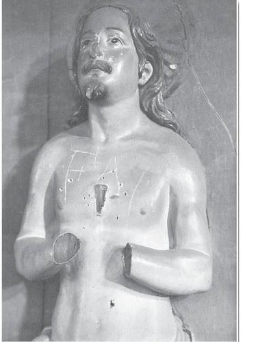 Pintadas de la FAI en una escultura destrozada en el Convento de Las Concepcionistas