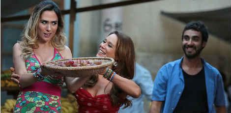No último capítulo de 'Haja Coração', Tancinha (Mariana Ximenes) ensina a Fedora (Tatá Werneck) como ser boa feirante / Isabela Pinheiro/GShow/Divulgação