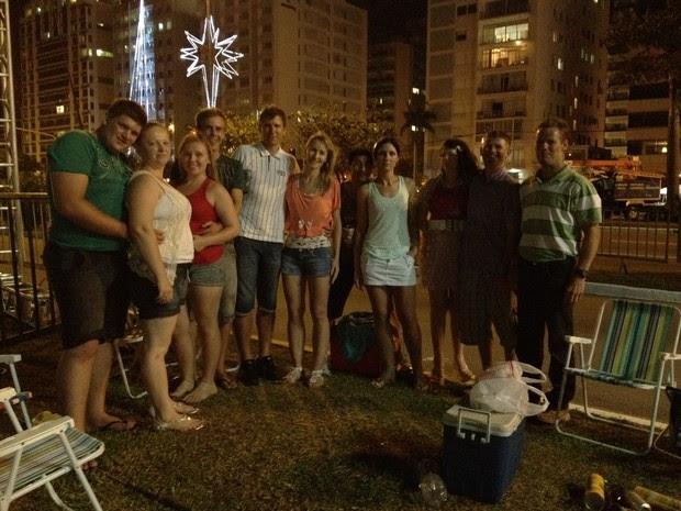 Grupo levou cadeiras e lanche para assistir ao show de fogos em Florianópolis (Foto: Joana Caldas/G1)