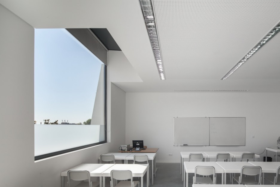 Villa: Fantastic Classroom View With Modern Decoration In White