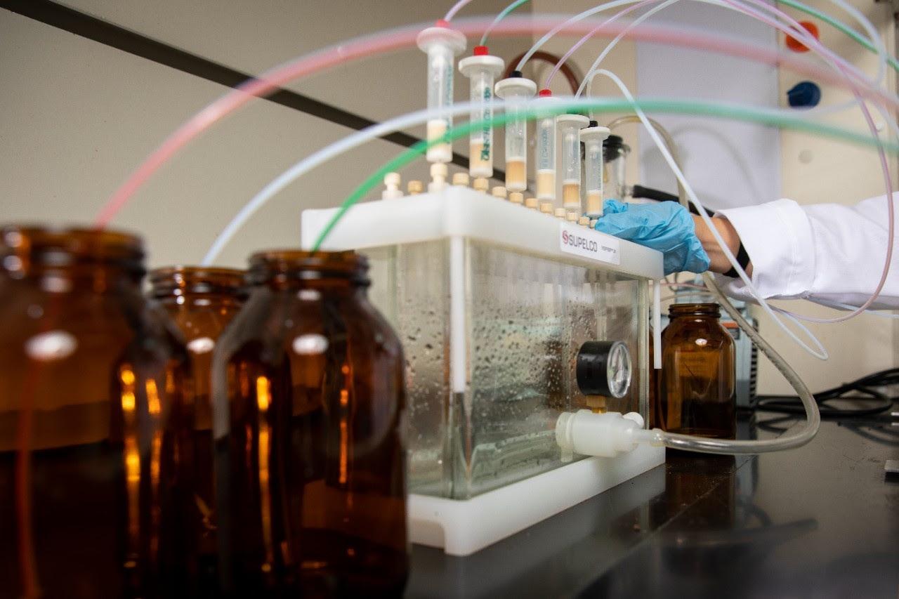 Para estudar produtos farmacêuticos na água, os cientistas da UB usaram o sistema mostrado para isolar compostos químicos de amostras de água