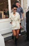 Rihanna Gabardina Corta Con Botas